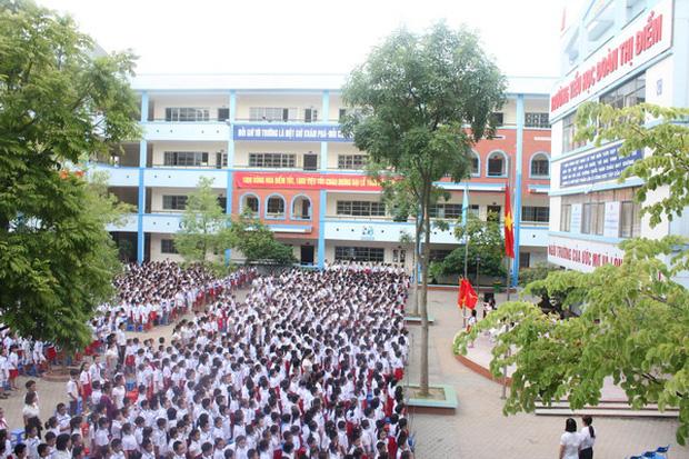 Vụ học sinh tiểu học bị bỏ quên trên xe đưa đón ở Hà Nội: Do nhanh trí mở cửa từ bên trong nên em đã thoát ra an toàn-1