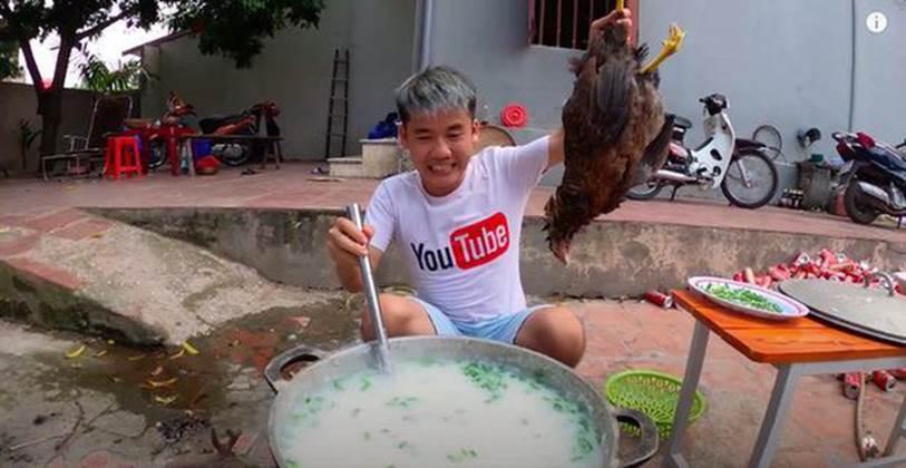 """Khoảnh khắc ngượng cứng mặt"""" của Hưng Vlog khi bị phạt 7,5 triệu vì nồi nấu cháo gà nguyên lông, dân mạng: Nồi cháo đắt nhất lịch sử!-2"""