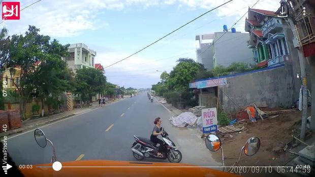 Clip: Người phụ nữ chạy xe máy bất ngờ tạt ngang đầu xe ô tô khiến nhiều người bức xúc-1