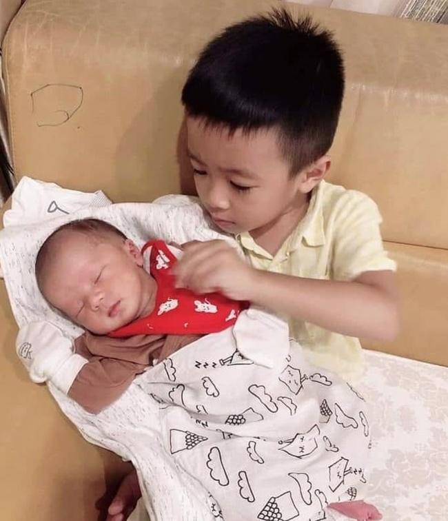 Lục lại ảnh ngày bé của Duy Mạnh, dân mạng lập tức khẳng định: Quỳnh Anh lại không thoát được kiếp đẻ thuê rồi!-7