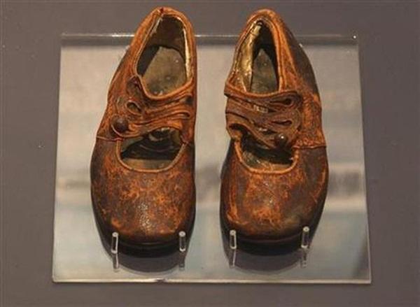 Danh tính của em bé vô danh trong vụ chìm tàu Titanic được hé lộ nhờ chiếc giày nhỏ trong viện bảo tàng sau gần 100 năm-3