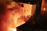 Cháy lớn tại kho phế liệu rồi lan sang căn phòng trọ sinh viên ở Hà Nội, người dân hô hoán tháo chạy