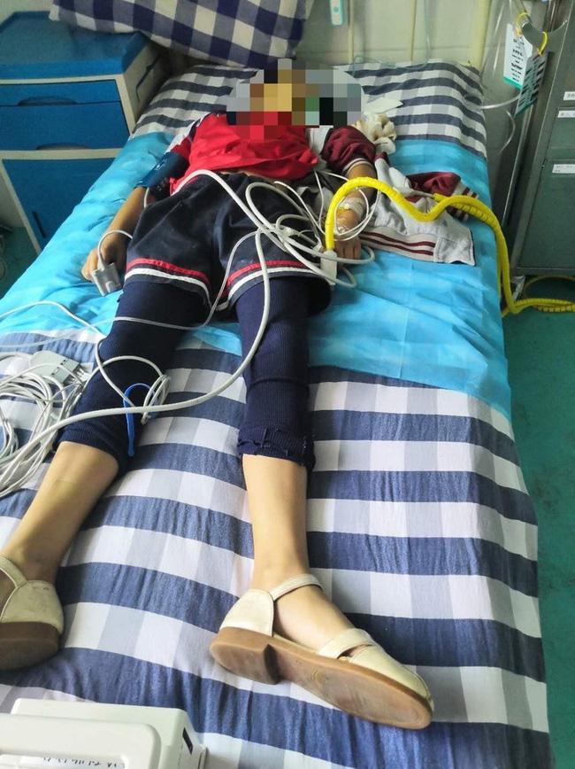 Bé gái 10 tuổi bị cô giáo đánh vì làm sai bài tập, đến bệnh viện thì đã tử vong, em gái sinh đôi chứng kiến toàn bộ sự việc-2
