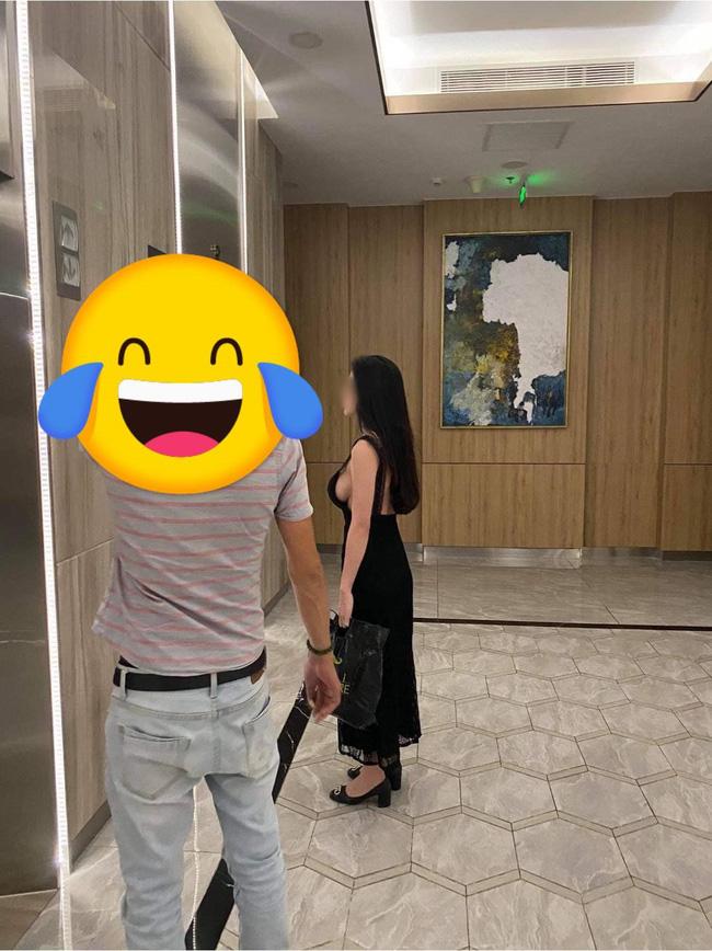 Cô gái trẻ đứng chờ thang máy với chiếc váy hiểm hóc, cắt xẻ táo bạo khiến vòng 1 chỉ chực rơi ra ngoài-1