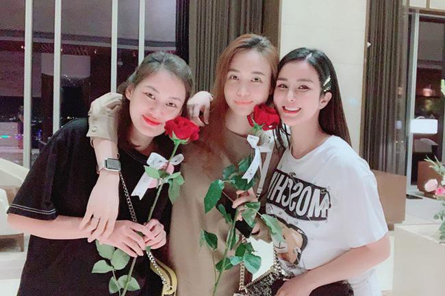 Đọ sắc hội chị em toàn hot mom của Đàm Thu Trang khi làm bà đẻ: Người phá nét không nhận ra, người xinh đến mức bác sĩ phải khen-1