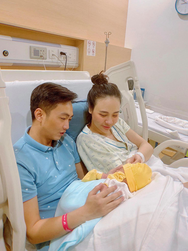 Đọ sắc hội chị em toàn hot mom của Đàm Thu Trang khi làm bà đẻ: Người phá nét không nhận ra, người xinh đến mức bác sĩ phải khen-2