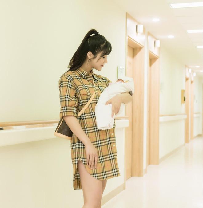 Đọ sắc hội chị em toàn hot mom của Đàm Thu Trang khi làm bà đẻ: Người phá nét không nhận ra, người xinh đến mức bác sĩ phải khen-9