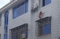 Bé gái 4 tuổi trèo qua cửa sổ tầng 3, hàng xóm mang chăn bông ra đỡ, video ghi lại cảnh tượng này khiến ai cũng bủn rủn tay chân