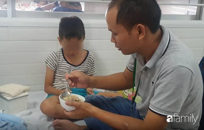 Hàng chục trẻ nghi ngộ độc sau bữa ăn ở trường tiểu học: Số người nhập viện tăng lên thành 45, trong đó có 2 giáo viên-6