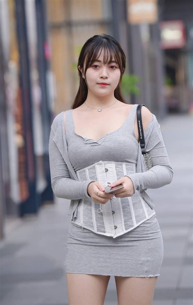 Phái đẹp ứng dụng corset vào street style hàng ngày: Là hết hồn hay đẹp theo cách riêng?-10