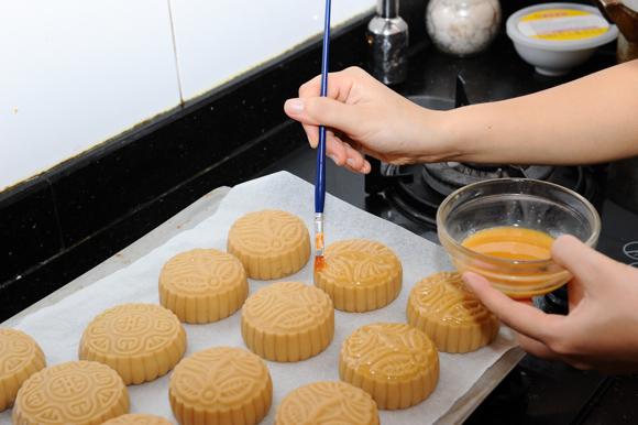 Mách bạn cách làm bánh trung thu bằng nồi chiên không dầu đơn giản mà chuẩn ngon-13