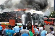 Xe khách đậu trong bến xe Miền Đông bốc cháy ngùn ngụt