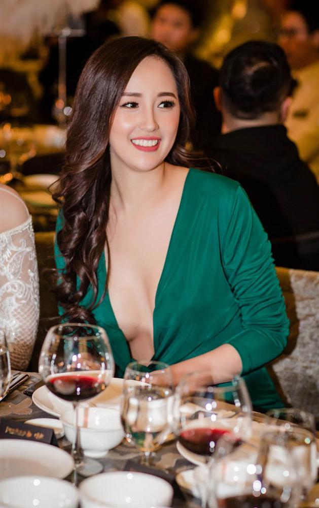 Hoa hậu mặc bốc nhất hẳn là Mai Phương Thúy: Chuyên diện váy áo trễ nải, nhiều phen vòng 1 như trào ra ngoài-11