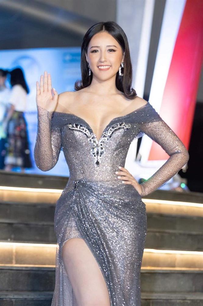 Hoa hậu mặc bốc nhất hẳn là Mai Phương Thúy: Chuyên diện váy áo trễ nải, nhiều phen vòng 1 như trào ra ngoài-9