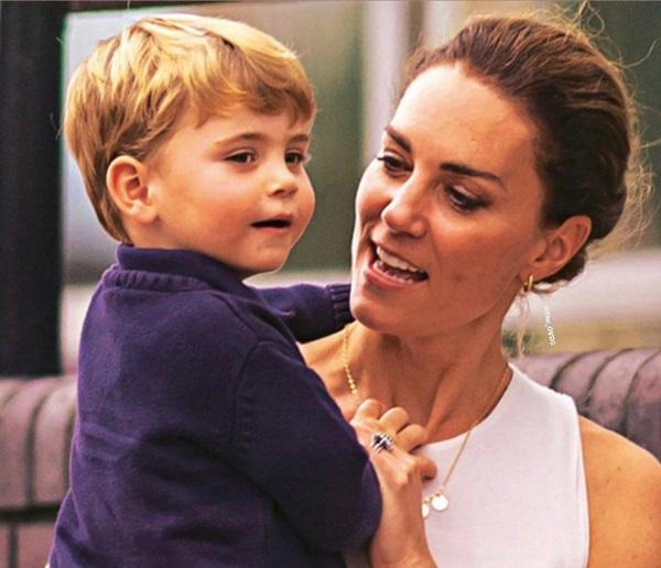 Công nương Kate gây sốt MXH bằng khoảnh khắc rời xe hơi, bế con trai út đi bộ giữa dòng người đông đúc lúc gặp cảnh tắc đường-4