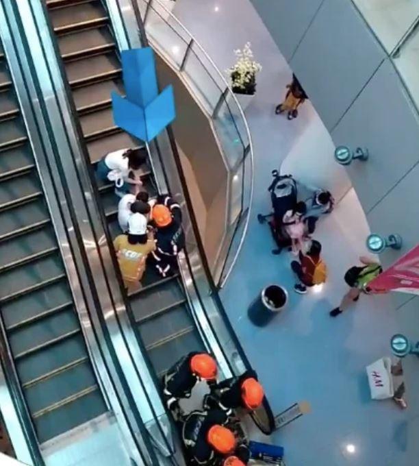 Bé trai 3 tuổi bị mắc kẹt chân trong thang cuốn ở trung tâm thương mại chỉ vì đôi giày quen thuộc mà các mẹ hay mua cho con-1