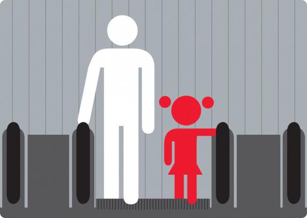 Bé trai 3 tuổi bị mắc kẹt chân trong thang cuốn ở trung tâm thương mại chỉ vì đôi giày quen thuộc mà các mẹ hay mua cho con-5