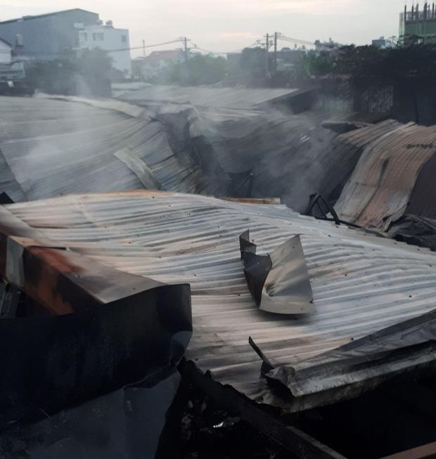 Dãy nhà trọ ở Sài Gòn sụp đổ trong biển lửa, nhiều gia đình nghèo bật khóc vì tài sản bị thiêu rụi-2