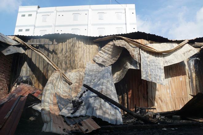 Dãy nhà trọ ở Sài Gòn sụp đổ trong biển lửa, nhiều gia đình nghèo bật khóc vì tài sản bị thiêu rụi-3
