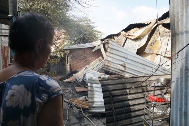 Dãy nhà trọ ở Sài Gòn sụp đổ trong biển lửa, nhiều gia đình nghèo bật khóc vì tài sản bị thiêu rụi-5