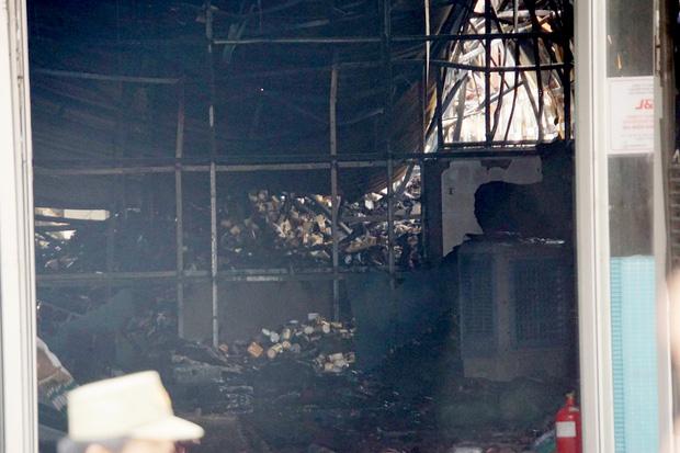 Dãy nhà trọ ở Sài Gòn sụp đổ trong biển lửa, nhiều gia đình nghèo bật khóc vì tài sản bị thiêu rụi-6
