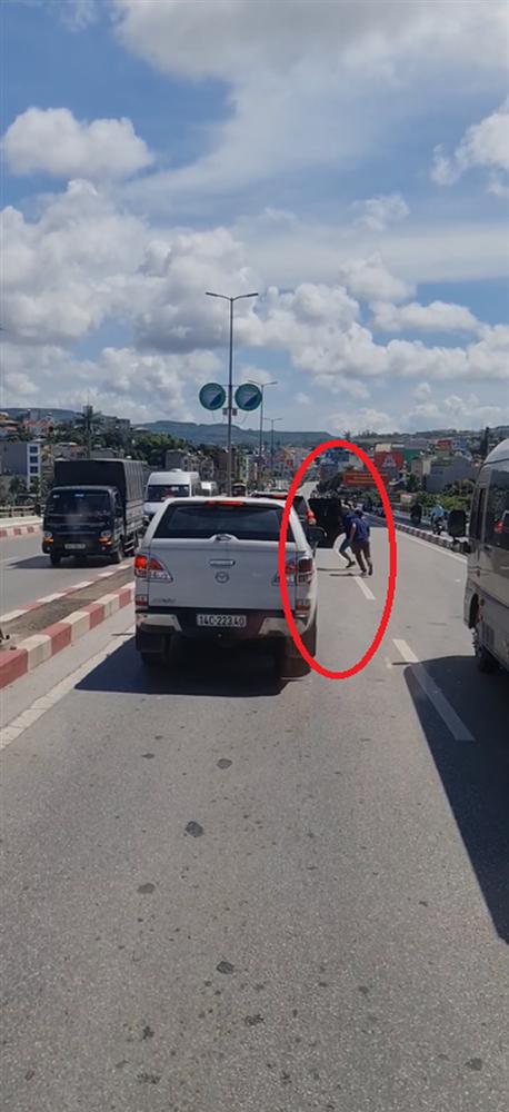 Clip 6 phút ghi lại màn đụng độ giữa 2 ô tô khiến bao phương tiện liên lụy trên cầu Bãi Cháy-3