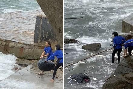 Phẫn nộ vì nhân viên quán cà phê vứt hàng chục bao tải rác xuống biển Vũng Tàu