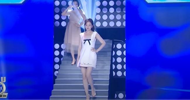 Hari Won trượt chân té ngã trên sân khấu, suýt lộ hàng vì mặc váy quá ngắn nhưng phản ứng của Trấn Thành mới là điều đáng nói-3