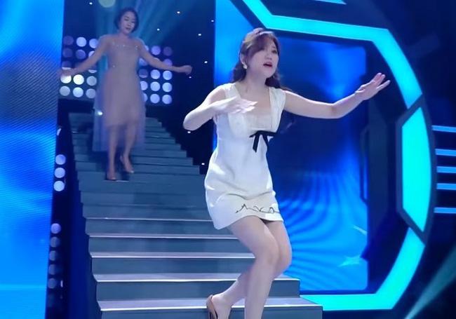 Hari Won trượt chân té ngã trên sân khấu, suýt lộ hàng vì mặc váy quá ngắn nhưng phản ứng của Trấn Thành mới là điều đáng nói-4
