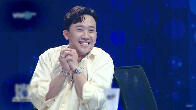 Hari Won trượt chân té ngã trên sân khấu, suýt lộ hàng vì mặc váy quá ngắn nhưng phản ứng của Trấn Thành mới là điều đáng nói-6