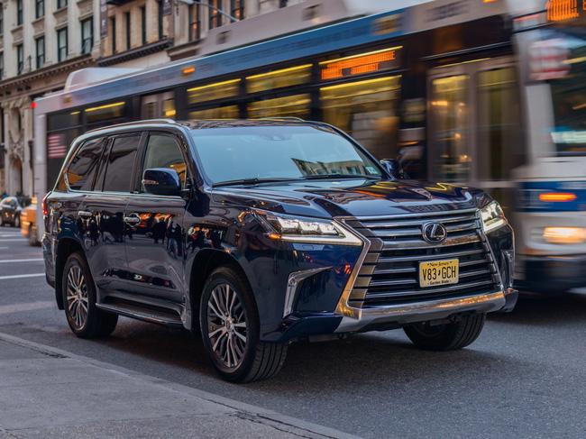 Tất tần tật về xế sang Lexus 570 trong vụ đánh ghen ở Lý Nam Đế: Được gọi là xe chủ tịch, giá bán từ 8,34 tỷ đồng và người cầm lái thường không phải chủ!-4