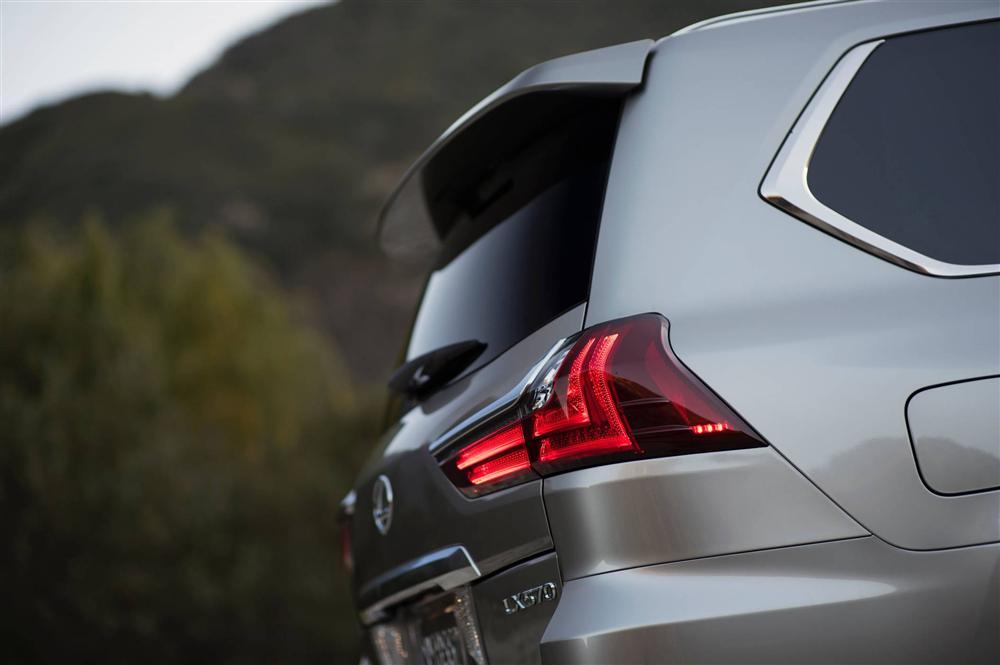 Tất tần tật về xế sang Lexus 570 trong vụ đánh ghen ở Lý Nam Đế: Được gọi là xe chủ tịch, giá bán từ 8,34 tỷ đồng và người cầm lái thường không phải chủ!-9