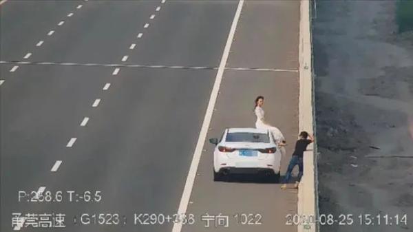 Lưu lại khoảnh khắc hôn nhân sao cho văn minh? Đừng đỗ xe ở đường cao tốc hay nằm chềnh ềnh giữa phố chỉ vì kỷ niệm đẹp của riêng bạn!-3