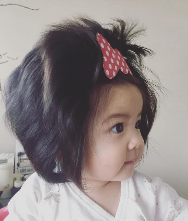 Từng nổi tiếng khắp MXH với mái tóc bờm sư tử lúc bé, hình ảnh hiện tại của cô bé tóc xù càng khiến mọi người bất ngờ hơn-3