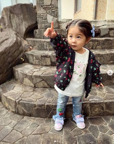 Từng nổi tiếng khắp MXH với mái tóc bờm sư tử lúc bé, hình ảnh hiện tại của cô bé tóc xù càng khiến mọi người bất ngờ hơn-12