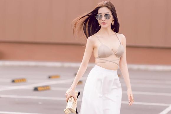 Ngọc Trinh mặc bikini gây náo loạn tại sân bay, dân tình đào ngay ra nữ chính VTV từng diện 4 năm trước, thậm chí còn táo bạo hơn nhiều-3