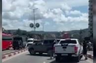 Hai ôtô chèn ép nhau trên cầu Bãi Cháy