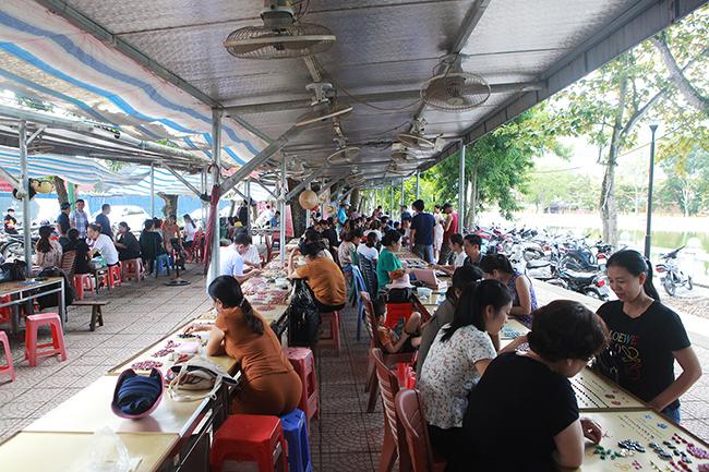Chợ bán đá quý như rau ở Việt Nam cũng bị ảnh hưởng do Covid-19-1
