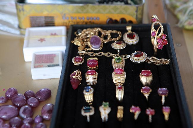 Chợ bán đá quý như rau ở Việt Nam cũng bị ảnh hưởng do Covid-19-11