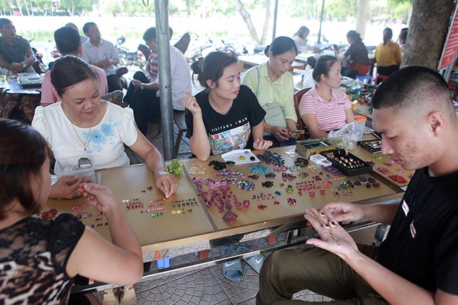 Chợ bán đá quý như rau ở Việt Nam cũng bị ảnh hưởng do Covid-19-2