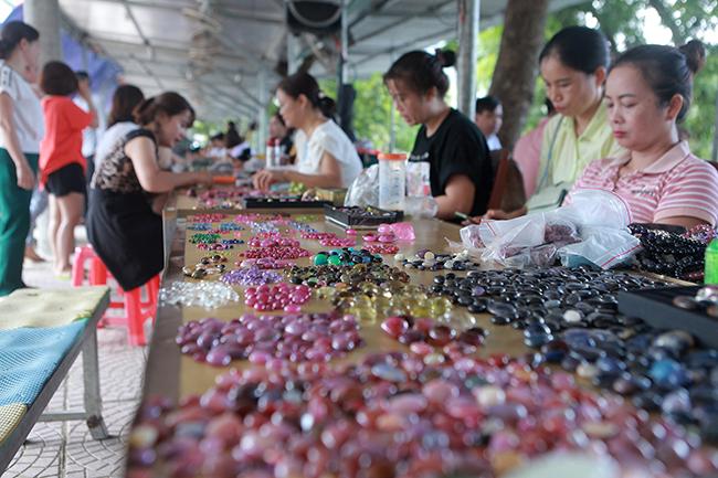 Chợ bán đá quý như rau ở Việt Nam cũng bị ảnh hưởng do Covid-19-3