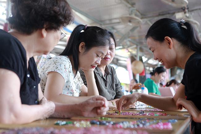 Chợ bán đá quý như rau ở Việt Nam cũng bị ảnh hưởng do Covid-19-4