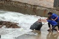 Chủ quán cà phê vứt hàng tải rác xuống biển Vũng Tàu: Rác từ đại dương trôi vào, nhân viên thu gom trả lại xuống biển