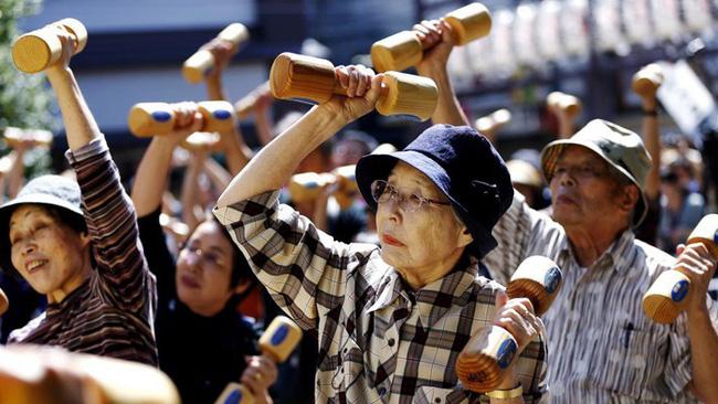 Tại sao người Nhật ăn nhiều bữa, lười tập thể dục mà tuổi thọ liên tục đứng đầu thế giới? Nhìn 3 cách họ uống nước bạn sẽ có ngay câu trả lời-1