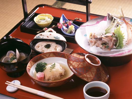 Tại sao người Nhật ăn nhiều bữa, lười tập thể dục mà tuổi thọ liên tục đứng đầu thế giới? Nhìn 3 cách họ uống nước bạn sẽ có ngay câu trả lời-3