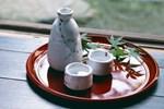 Tại sao người Nhật ăn nhiều bữa, 'lười' tập thể dục mà tuổi thọ liên tục đứng đầu thế giới? Nhìn 3 cách họ uống nước bạn sẽ có ngay câu trả lời