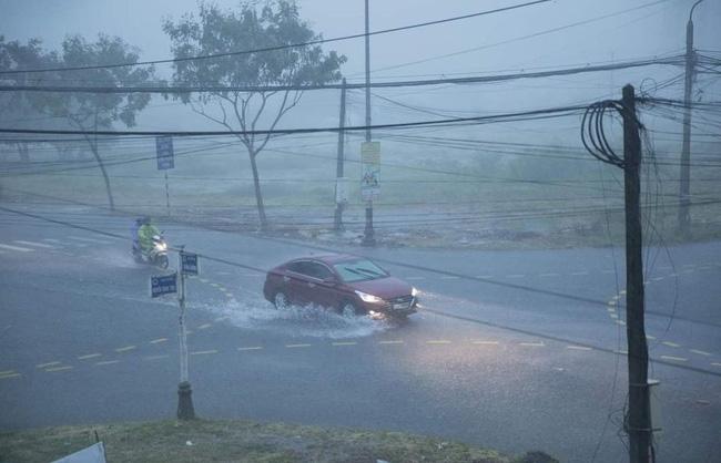 Ảnh, clip: Bão số 5 đổ bộ vào Thừa Thiên Huế gây mưa to gió giật kinh hoàng quật đổ cây xanh, giao thông hỗn loạn-1
