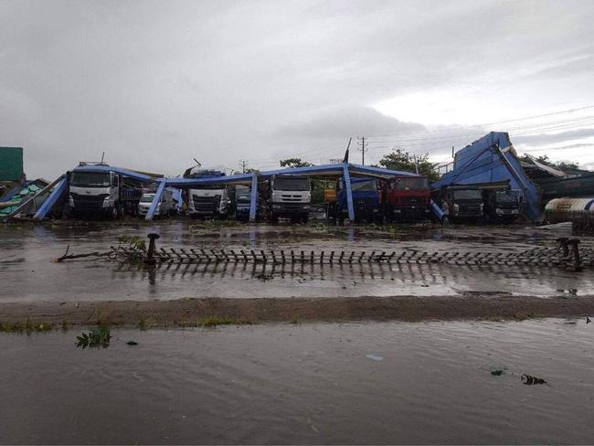 Ảnh, clip: Bão số 5 đổ bộ vào Thừa Thiên Huế gây mưa to gió giật kinh hoàng quật đổ cây xanh, giao thông hỗn loạn-15