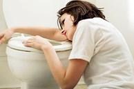 Thường xuyên lén lút làm điều này trong nhà tắm, cô gái bất ngờ có biểu hiện như mang bầu