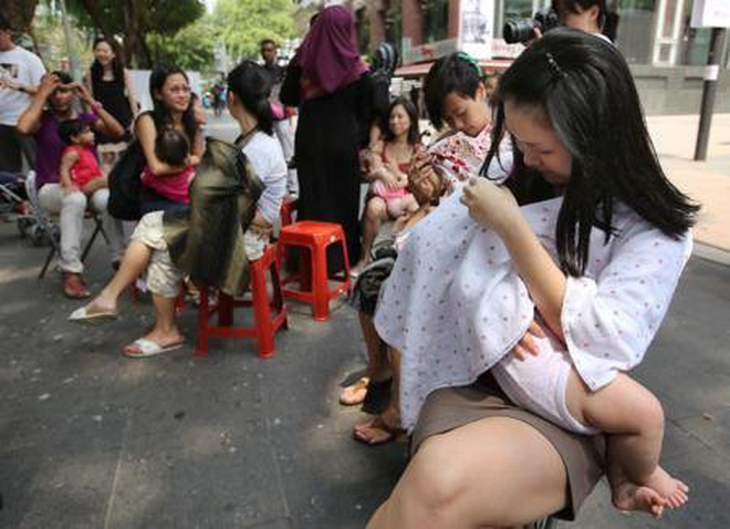 Mẹ trẻ bị mắng vì cho con bú nơi công cộng, cô đã nói một câu khiến tất cả những người có mặt đều im lặng-3